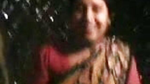 ఒక తెలుగు సెక్స్ మూవీ వీడియో పెద్ద మంచం మీద ఒక దొంగ ఒక భాగస్వామి చికెన్ బ్యాంగ్స్