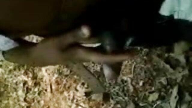 నల్లటి జుట్టు గల స్త్రీని అవుట్డోర్ telugu సెక్స్ వీడియోస్ జీన్స్